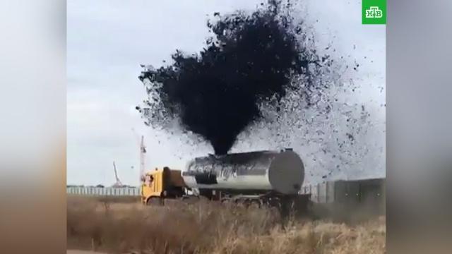 Из автоцистерны фонтаном ударила нефть: видео.В Сети распространили видеоролик, на котором видно, как из автоцистерны бьет фонтан нефти.нефть, Якутия.НТВ.Ru: новости, видео, программы телеканала НТВ