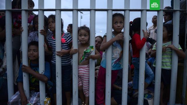 Мексика пропустит через границу женщин и детей из каравана мигрантов.Власти Мексики впустят в страну женщин и детей из многотысячного каравана мигрантов, который движется к южной границе страны.Мексика, Трамп Дональд, армии мира, мигранты.НТВ.Ru: новости, видео, программы телеканала НТВ