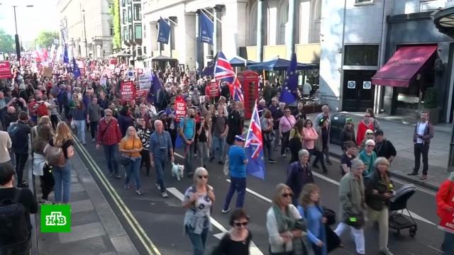 «Спросите нас еще раз»: акция против выхода из ЕС собрала в Лондоне 700 тыс. человек.В Лондоне 700 тысяч человек вышли на массовую демонстрацию против Brexit. Акция стала одной из самых масштабных в истории страны. Митингующие собрались у здания парламента с требованием провести еще один референдум о выходе из Евросоюза. Британцы считают, что все разногласия может разрешить новое общественное голосование.Великобритания, Европейский союз, Тереза Мэй, митинги и протесты.НТВ.Ru: новости, видео, программы телеканала НТВ