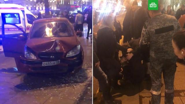 В центре Петербурга автомобиль врезался в остановку, есть пострадавшие.Очевидцы ДТП говорят, что аварию на Невском проспекте спровоцировал лихач на BMW.ДТП, Санкт-Петербург, автомобили, полиция.НТВ.Ru: новости, видео, программы телеканала НТВ