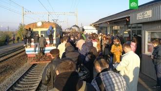 Киевляне устроили бунт из-за короткой электрички.Жители Киева заблокировали движение электропоездов в районе платформы «Троещина-2». Бунт начался из-за того, что поданная электричка оказалась слишком короткой.железные дороги, Киев, митинги и протесты, поезда, Украина.НТВ.Ru: новости, видео, программы телеканала НТВ