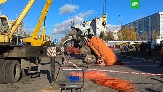 В Казани ассенизаторский «КамАЗ» провалился под землю