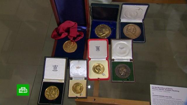 В Лондоне на торги выставили личные вещи Стивена Хокинга.Лондон, аукционы, наука и открытия, физика.НТВ.Ru: новости, видео, программы телеканала НТВ