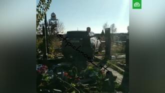 Священник на джипе повредил памятники на кладбище вХарькове