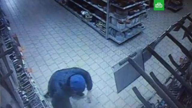 Должник отрубил себе палец в магазине и бросил в продавца: видео.магазины, Минск, мобильная связь.НТВ.Ru: новости, видео, программы телеканала НТВ