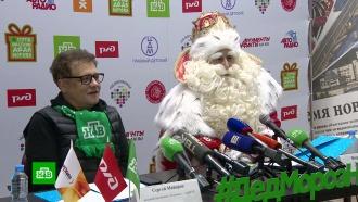 Дед Мороз иведущий НТВ Сергей Майоров привезли вКрасноярск три фуры подарков