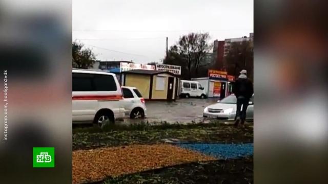 По затопленным улицам Приморья поплыли машины и киоски.Приморье, наводнения.НТВ.Ru: новости, видео, программы телеканала НТВ