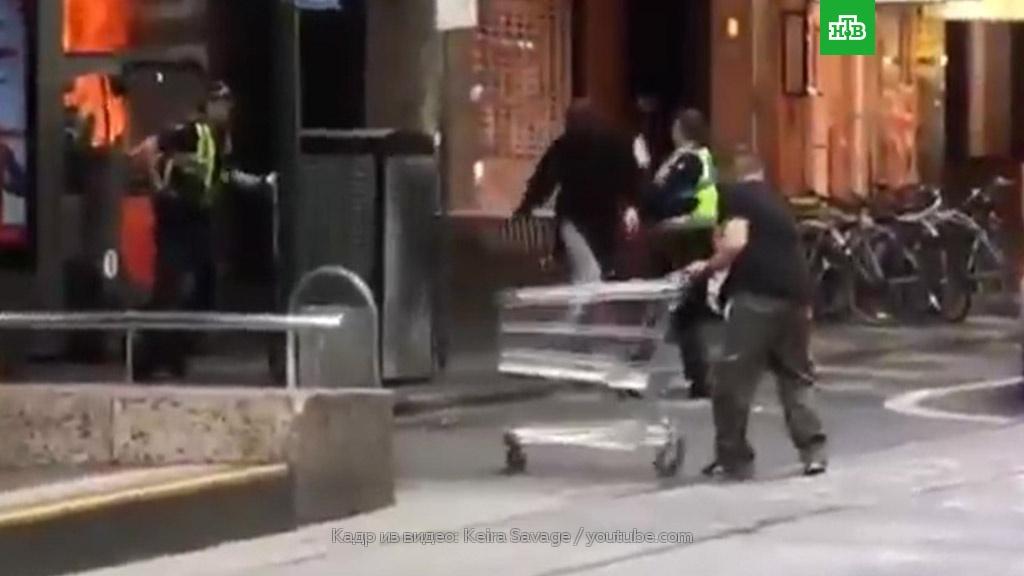 Бездомный, задержавший террориста с помощью тележки из супермаркета, получит $130 тысяч.Австралия, магазины, терроризм.НТВ.Ru: новости, видео, программы телеканала НТВ