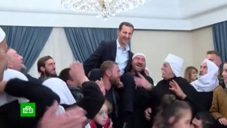 Жители освобожденной сирийской провинции посадили Асада себе на плечи