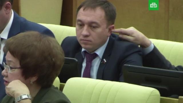В Госдуме отреагировали на попытку депутата засунуть палец в ухо коллеге.Госдума, курьезы, депутаты.НТВ.Ru: новости, видео, программы телеканала НТВ