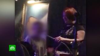 Следователи изучают видео из клуба, на котором женщина курит кальян вместе с маленьким сыном