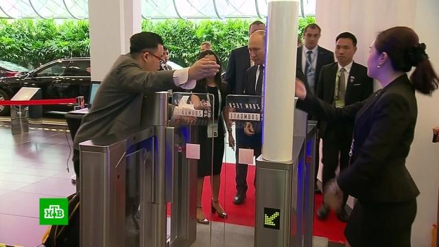 Путина попросили пройти через рамку металлоискателя в Сингапуре.Президента Владимира Путина попросили пройти через рамку металлоискателя на саммите в торгово-выставочном центре Suntec в Сингапуре.АСЕАН, Путин, Сингапур.НТВ.Ru: новости, видео, программы телеканала НТВ