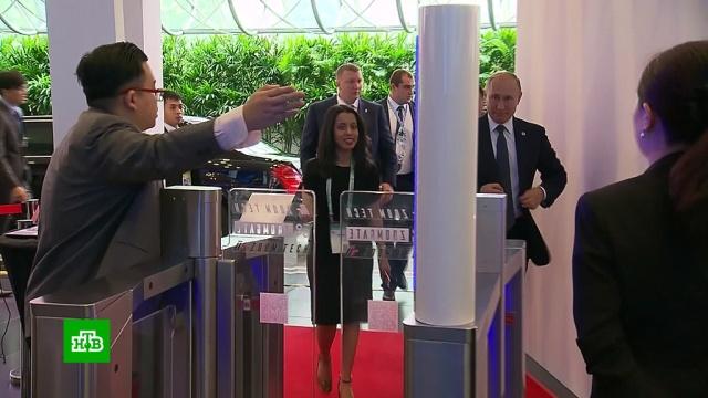 Путина попросили пройти через рамку металлоискателя вСингапуре.АСЕАН, Путин, Сингапур.НТВ.Ru: новости, видео, программы телеканала НТВ