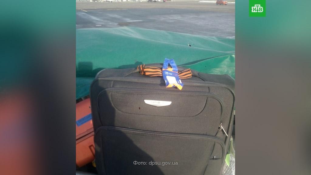 Гражданина РФ не пустили на Украину из-за георгиевской ленты на чемодане.Украина, аэропорты, граница.НТВ.Ru: новости, видео, программы телеканала НТВ