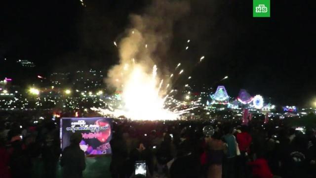 Огненный шар упал на толпу: видео.Фестиваль огненных шаров в Мьянме закончился катастрофой. Конструкция с фейерверками, закрепленная под воздушным шаром, рухнула вниз на многочисленных зрителей, наблюдавших за красочным зрелищем. Несколько человек получили серьезные ожоги.пиротехника, пожары.НТВ.Ru: новости, видео, программы телеканала НТВ