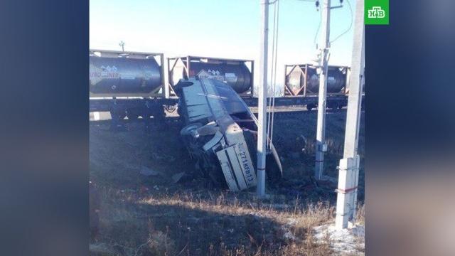 Поезд смял автобус в Саратовской области, четверо погибли.В Озинках (Саратовская область) столкнулись поезд и автобус Mercedes.ДТП, Саратовская область, автобусы, железные дороги.НТВ.Ru: новости, видео, программы телеканала НТВ
