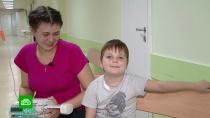 Страдающему первичным иммунодефицитом 8-летнему Саше нужны деньги на лекарства.Саша Кувшинчиков из Тульской области живет в ожидании операции по пересадке костного мозга. Только с ее помощью можно победить первичный иммунодефицит, который у него с рождения. Чтобы приступить к процедуре, нужно справиться со всеми очагами инфекции в организме, перед которой ребенок беззащитен. Сейчас мальчик лежит в больнице с воспалением легких, ему жизненно необходим препарат, который семья купить не в состоянии. Стоит лекарство 1 миллион 800 тысяч рублей.НТВ.Ru: новости, видео, программы телеканала НТВ