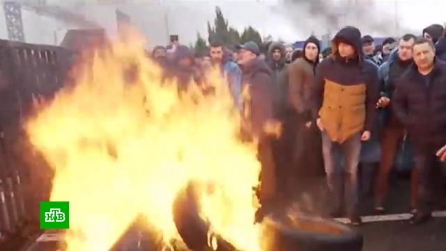 На границе Украины иПольши строят баррикады ижгут шины.Венгрия, Польша, Словакия, Украина, автомобили, граница, митинги и протесты.НТВ.Ru: новости, видео, программы телеканала НТВ
