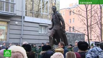 В Петербурге появился памятник поэту Михаилу Дудину
