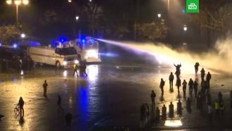 «Желтые жилеты» вПариже жгут машины изабрасывают полицию камнями