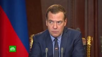 Медведев запретил продавать спиртосодержащие жидкости дешевле водки
