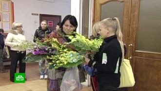 Только цветы и канцелярия: Минтруд запретит учителям и врачам принимать подарки