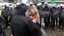 «Как скот»: полиция в Брюсселе отвезла задержанных «желтых жилетов» в конюшню.Задержанные полицией в Брюсселе «желтые жилеты» пожаловались на то, что их отвезли в конюшню. Там их держали несколько часов. В течение этого времени люди были лишены доступа к туалету. .Бельгия, Франция, задержание, митинги и протесты.НТВ.Ru: новости, видео, программы телеканала НТВ