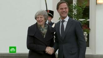 Тереза Мэй бродит по Европе с просьбами смягчить условия Brexit.Британский премьер Тереза Мэй отправилась в блиц-поездку по странам Западной Европы — уговаривать партнеров смягчить условия выхода Соединенного Королевства из ЕС. Правда, вероятность, что ей пойдут навстречу, ничтожна.Великобритания, Европейский союз, Тереза Мэй.НТВ.Ru: новости, видео, программы телеканала НТВ