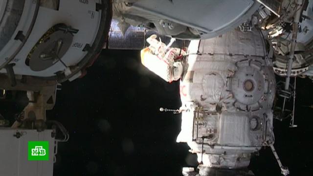 Российские космонавты добрались до отверстия в обшивке корабля «Союз».МКС, Роскосмос, космонавтика, космос, ремонт.НТВ.Ru: новости, видео, программы телеканала НТВ