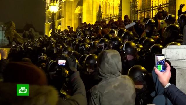 ВБудапеште акции протеста переросли встолкновения сполицией.Будапешт, Венгрия, драки и избиения, митинги и протесты, полиция.НТВ.Ru: новости, видео, программы телеканала НТВ