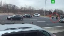 Инкассаторская машина рассыпала деньги по трассе и спровоцировала ДТП: видео.Инкассаторская машина рассыпала купюры по дороге в штате Нью-Джерси.ДТП, США.НТВ.Ru: новости, видео, программы телеканала НТВ