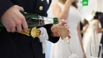 Пять правил выбора шампанского.Как отличить винный напиток от классического игристого, сколько должно стоить шампанское и другие советы экспертов «Роскачества» по выбору игристого вина к Новому году.алкоголь, Новый год, торжества и праздники.НТВ.Ru: новости, видео, программы телеканала НТВ