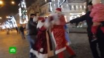 Деды Морозы подрались за место под елкой: видео.В Одессе развернулась новогодняя битва. В центре города Деды Морозы сошлись в эпичной схватке.Дед Мороз, драки и избиения, Новый год, Одесса, Украина.НТВ.Ru: новости, видео, программы телеканала НТВ
