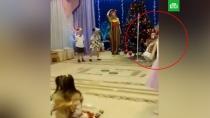 Смерть «Деда Мороза» на детском утреннике попала на видео.В Сети появилось видео трагедии в Кемерове, где на утреннике в детском саду, скончался артист в костюме Деда Мороза.Дед Мороз, Кемерово, смерть.НТВ.Ru: новости, видео, программы телеканала НТВ