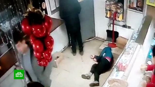 Убийство покупателя вподмосковном магазине попало на видео.Московская область, магазины, убийства и покушения.НТВ.Ru: новости, видео, программы телеканала НТВ