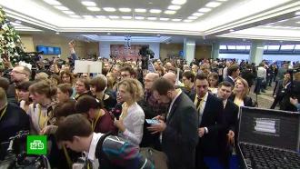 Желтые жилеты и красные платья: как журналисты пытались привлечь внимание Путина