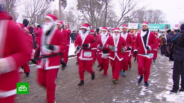 Больше 2тысяч москвичей приняли участие вблаготворительном забеге.Дед Мороз, Москва, Новый год, торжества и праздники.НТВ.Ru: новости, видео, программы телеканала НТВ