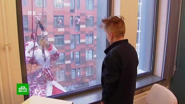 Деды Морозы спустились с крыши к пациентам Морозовской больницы.Дед Мороз, Новый год, больницы, дети и подростки, здоровье, торжества и праздники.НТВ.Ru: новости, видео, программы телеканала НТВ