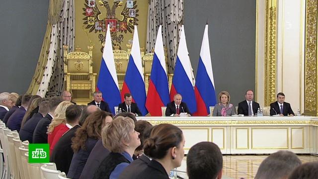 Путин призвал снять устаревшие ограничения на работу волонтеров всоцучреждениях.Путин, благотворительность, волонтеры.НТВ.Ru: новости, видео, программы телеканала НТВ