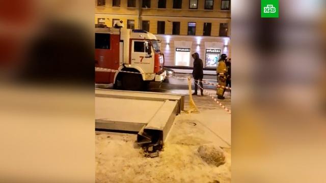 ВПетербурге на людей упал рекламный щит: трое пострадавших.МЧС, Санкт-Петербург, несчастные случаи.НТВ.Ru: новости, видео, программы телеканала НТВ
