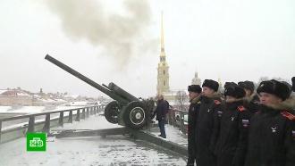 Путин на счастье прикрепил монетку кледяной <nobr>свинье-копилке</nobr> вПетербурге
