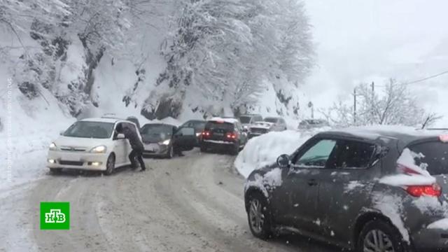 Сотни машин заблокированы на Военно-Грузинской дороге из-за снегопада.автомобили, дороги, снег.НТВ.Ru: новости, видео, программы телеканала НТВ