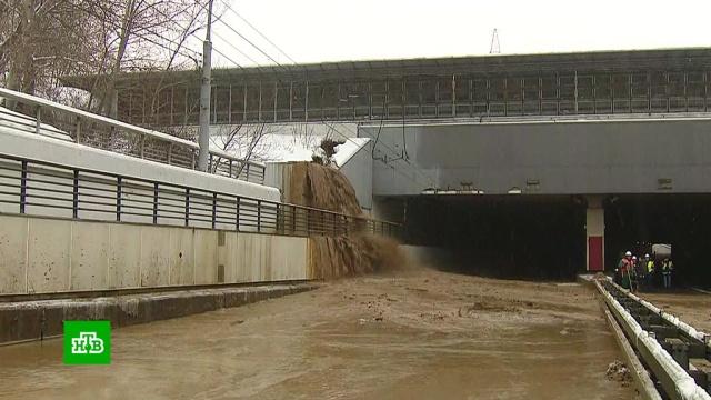 Заливающий Тушинский туннель поток грязи остановить не удается.Москва, дорожное движение.НТВ.Ru: новости, видео, программы телеканала НТВ