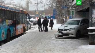 Видео с места аварии на остановке в Перми