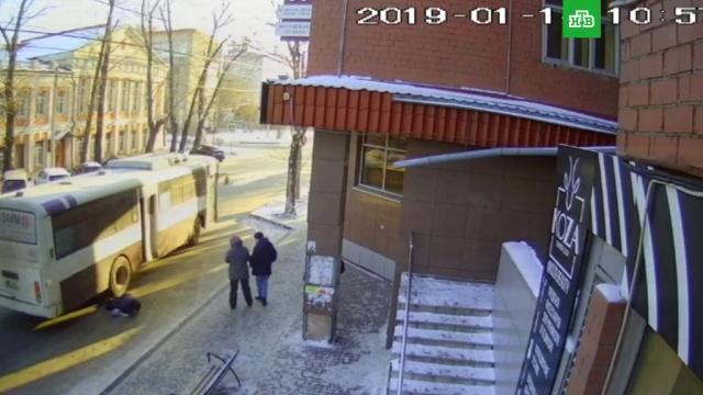 Водитель автобуса вИркутске проехал по ногам пенсионерке.автобусы, Иркутск, пенсионеры.НТВ.Ru: новости, видео, программы телеканала НТВ