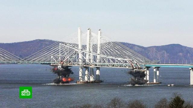 В Нью-Йорке взорвали старый мост через Гудзон: видео.Жители Нью-Йорка наблюдали сцену, достойную голливудского блокбастера. Власти города снесли восточную часть старого моста через реку Гудзон.Нью-Йорк, США, мосты.НТВ.Ru: новости, видео, программы телеканала НТВ