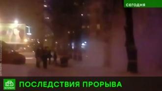В Петербурге две машины провалились в яму с кипятком