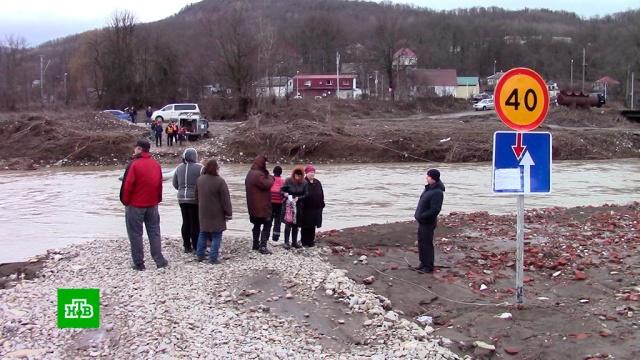 Жители поселков на Кубани оказались отрезаны от цивилизации из-за смытого моста.Краснодарский край, наводнения, мосты.НТВ.Ru: новости, видео, программы телеканала НТВ