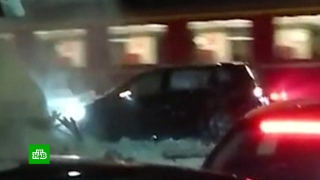 Чудо в Давосе: трое участников форума выжили в попавшей под поезд машине.ДТП, железные дороги, несчастные случаи, поезда, Швейцария.НТВ.Ru: новости, видео, программы телеканала НТВ