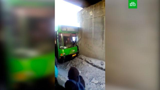В Новосибирске автобус врезался в опору моста: 11 пострадавших.ДТП, Новосибирск, автобусы.НТВ.Ru: новости, видео, программы телеканала НТВ